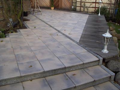 diese terrasse besteht aus einer kombination von marlux betonplatten granitkleinpflaster granit. Black Bedroom Furniture Sets. Home Design Ideas