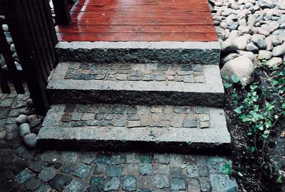 diese kleine treppe aus granitbordsteinen als umrandung. Black Bedroom Furniture Sets. Home Design Ideas